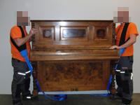 Sorgfältige Klavier-Transport.