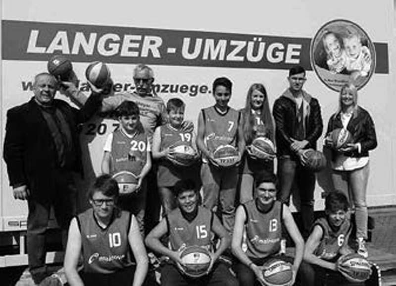 Mit neuen Bällen in die kommende Saison HERZLICHEN DANK sagen die Dieburg Blues für die großzügige Ballspende der Firma Langer Umzüge aus Dieburg in Turnecho 01/2015
